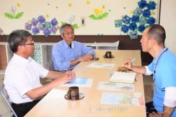 熱気球搭乗体験の打ち合わせをする(右から)河本さん、橋詰さん、小林校長