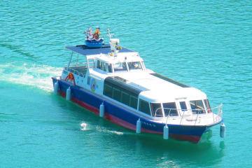 ツアーに乗船が盛り込まれている宮ケ瀬湖の遊覧船(宮ケ瀬ダム周辺振興財団提供)