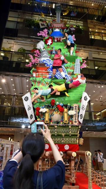 商業施設「ソラリアプラザ」で一般公開された博多祇園山笠の飾り山=1日午前、福岡市