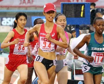【女子5000メートル決勝】残り400メートル、先頭集団で競り合う廣中(日本郵政グループ、中央)=博多の森陸上競技場