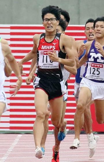 【男子1500メートル決勝】ラスト100メートル付近で懸命に前を追う的野(MHPS、中央)=博多の森陸上競技場