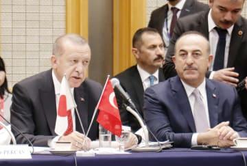 経団連との懇談会であいさつするトルコのエルドアン大統領(左)=1日、東京都内