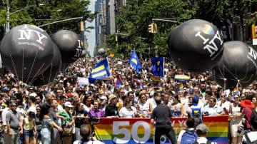 LGBTのパレード=6月30日、ニューヨーク(AP=共同)