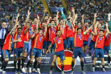 サッカーのU―21欧州選手権 通算5度目の優勝を果たし、喜ぶスペインの選手ら=6月30日、イタリア・ウディネ(AP=共同)