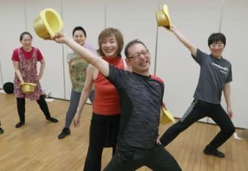 劇団四季元団員の鎌田真由美さんが指導したミュージカルのワークショップ=29日、新潟市西区