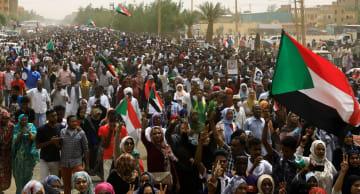 民主化を求める大規模デモ=6月30日、スーダンの首都ハルツーム(ロイター=共同)
