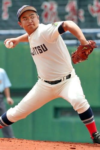 投打でチームを引っ張る佐世保実の丹羽=長崎市、県営ビッグNスタジアム