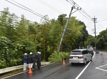 大雨の影響で傾いた電柱=1日午前9時32分、鹿児島市
