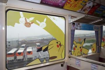 今回の「ポケモンモノレール」では車内の窓にもピカチュウが登場。夏休みの子どもの写真撮影スポットとして人気が出そうだ