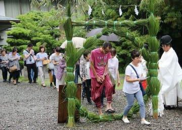 闘鶏神社の夏越大祓式で、茅の輪をくぐる参拝者(6月30日、和歌山県田辺市東陽で)
