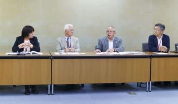 記者会見する「認知症の人と家族の会」の鈴木森夫代表理事(右から2人目)ら=1日午後、厚労省