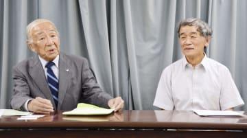記者会見する柳生博さん(左)と上田恵介立教大名誉教授=1日午後、環境省