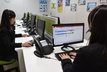 電話で注意を呼び掛けてうそ電話詐欺への注意を促すオペレーター=1日午後、宮崎市
