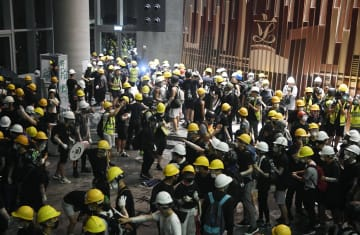 香港の「逃亡犯条例」改正案の完全撤回と林鄭月娥行政長官の辞任を求める大規模デモで、立法会に突入した若者ら=1日(共同)