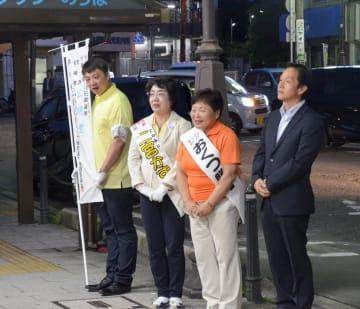 有権者に支持を訴える大磯町議選の女性候補ら=28日午後7時25分、JR大磯駅前