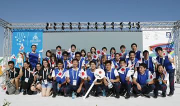ユニバーシアード夏季大会の選手村入村式で記念撮影する日本選手団=1日、ナポリ(共同)
