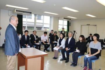 【陶芸家の松本さん(左)から激励を受ける研修生の4人=四日市市東阿倉川の県工業研究所窯業研究室で】