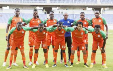 ザンビアの強豪クラブ、ZESCOの中町公祐選手(前列右から2人目)とチームメート(Pass on提供)