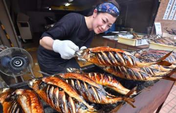 炭火でこんがり焼かれるサバ=7月1日、福井県大野市明倫町の鮮魚・飲食店「うおまさcafe」