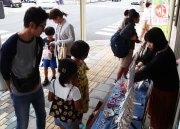 子連れ客などでにぎわった100縁翔店街=川棚町、栄町商店街