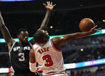 Spurs Lose to Bulls 95-91 for First Road Loss of Season