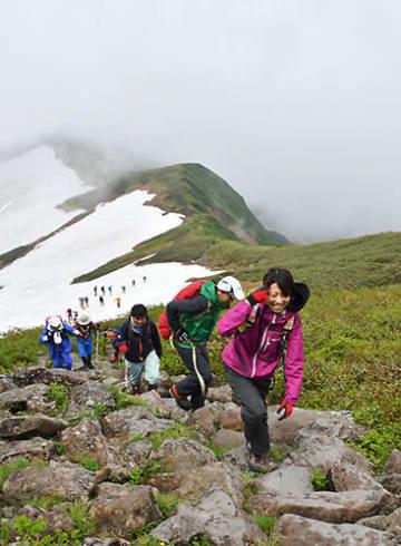 足元に気を付けながら頂上を目指す登山者たち=月山