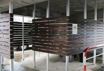 屋外に新たに設けられた喫煙所(1日、和歌山県田辺市新屋敷町で)