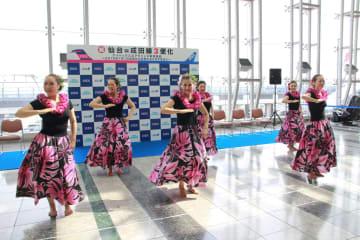 仙台市のフラダンスグループが踊りを披露し、成田―ホノルル線の利便性向上をアピールした