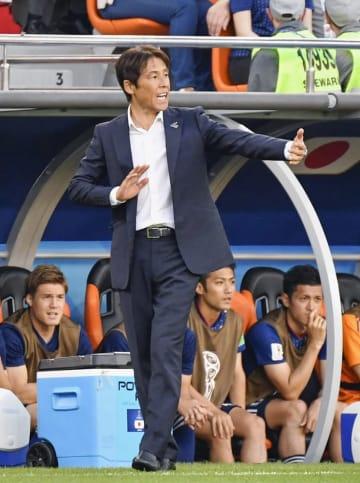 2018年6月のW杯ロシア大会、セネガル戦で指示を出す日本代表の西野監督=エカテリンブルク(共同)