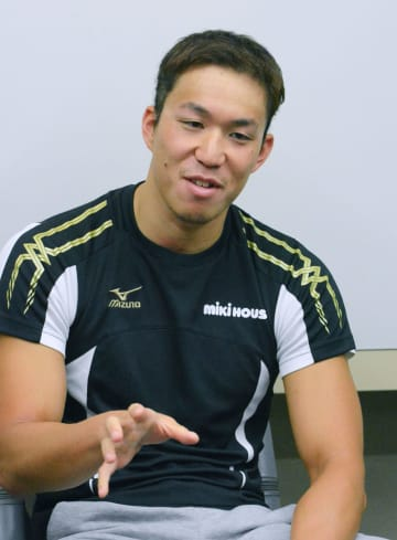 取材に応じる競泳男子の小関也朱篤=2日、横浜市青葉区