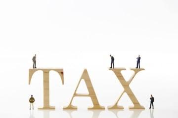 サラリーマンなどの給与所得者は、会社などの給与の支払者を経由して、住民税の特別徴収税額の決定通知書を受け取ることになっていますが、給与所得以外の所得があり、普通徴収を希望した人や自営業の人などには、「住民税の税額決定・納税通知書等」が届くことになっています。
