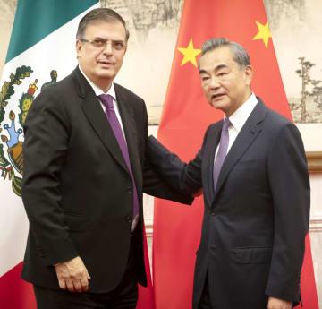 会談に臨むメキシコのエブラルド外相(左)と中国の王毅国務委員兼外相=2日、北京の釣魚台迎賓館(共同)