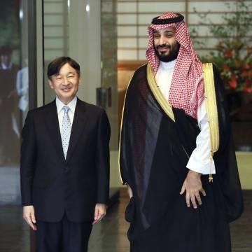 サウジアラビアのムハンマド皇太子を出迎えられる天皇陛下=2日午後、東京・元赤坂の赤坂御所(代表撮影)