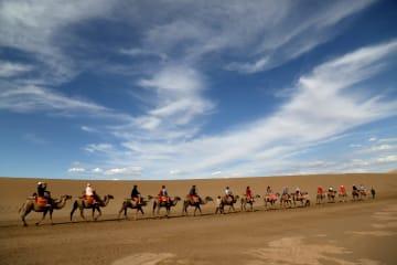 ラクダに乗り砂漠を楽しむ 甘粛省敦煌市