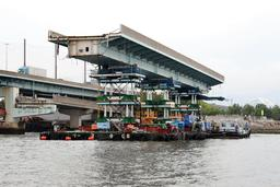 台船に積んだジャッキで持ち上げられ、慎重に撤去される鳴尾橋の橋桁=2日午後、西宮市(撮影・斎藤雅志)