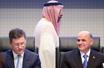 2日、ウィーンで開かれた産油国会合に出席したロシアのノバク・エネルギー相(左)とサウジアラビアのファリハ・エネルギー産業鉱物資源相(中央)(ロイター=共同)