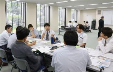 学校での新聞活用などについて意見を交わす教師ら=熊本市中央区