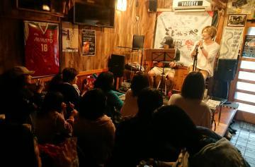 飲食店でアコースティックライブをする安達勇人さん(右)とギターのsapotoさん=ひたちなか市