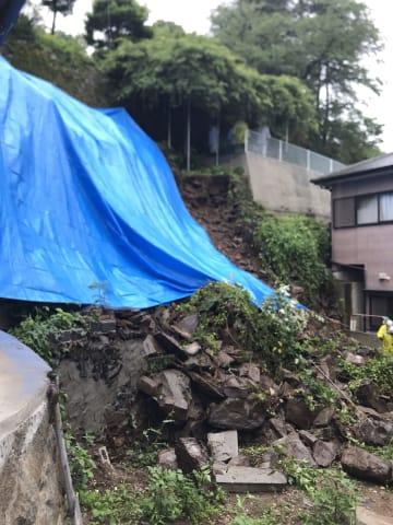 雨が降り続き2日朝に発生した崖崩れ=長崎市上小島3丁目