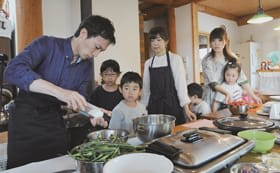 村瀬さんと調理を楽しむ参加者たち