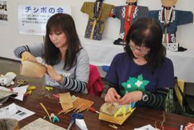 シラカバの樹皮で「ヤライタンキ」作りに取り組む参加者