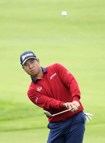 全米オープンゴルフ第1ラウンド、14番で寄せの第3打を放つ松山英樹。これが入りイーグルを奪った=ペブルビーチ・リンクス(共同)