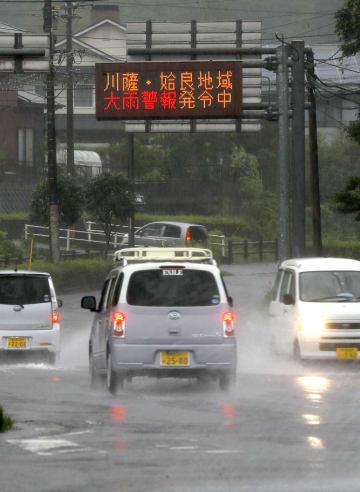 激しい雨の降る鹿児島県霧島市内を走る車=3日午前7時26分