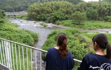 上森川(手前左)と吉井川の合流地点辺りを眺める内田さんの次女(左)と孫=岡山県鏡野町入