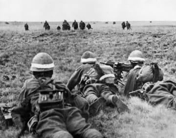 旧満州とモンゴルの国境付近のノモンハンで、日本軍兵士(手前)に追撃されるモンゴル軍兵士=1939年6月(ACME)