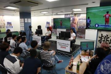 トーナメント方式でサッカーゲームの腕前を競った強化合宿=長崎市浜町、TSUTAYA遊ING浜町店
