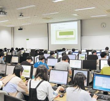 情報関連の授業に取り組む学生たち=6月、仙台市青葉区の東北大川内キャンパス