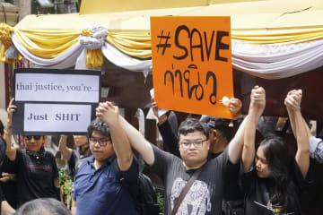 シラウィット氏襲撃事件の徹底捜査を求める集会に参加した人たち=2日、バンコク(民主団体DRG提供・共同)