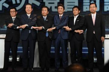 立憲民主党の枝野幸男代表(左から3番目)は6月30日のネット党首討論で、野党統一候補は自衛隊違憲の主張はしないとの見方を示していた