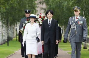 無名戦士の墓へ献花に向かわれる秋篠宮ご夫妻=3日、ヘルシンキ(代表撮影・共同)